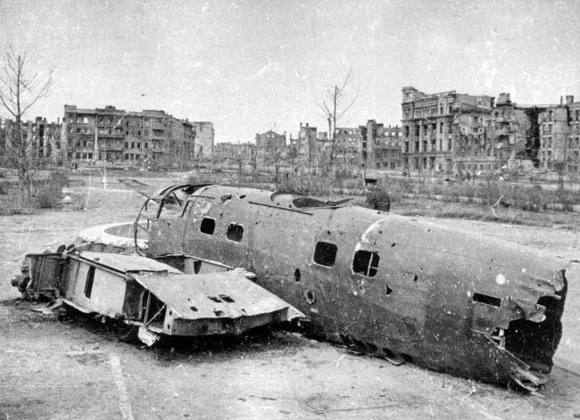 Сталинград. Остов сбитого немецкого бомбардировщика лежит в городе после окончания Сталинградской битвы. 1943 г.