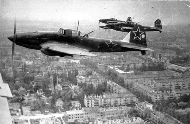 Советские штурмовики в небе под Берлином. 1945 г. Автор съемки: Редькин М.С.
