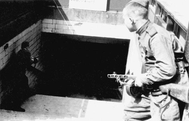 Советские солдаты ведут бой за берлинское метро, 1945 г. Автор съемки: Капустянский Г.