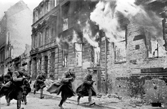 Советские солдаты пробегают по улице горящего Берлина, 1945 г. Автор съемки: Темин В.А.