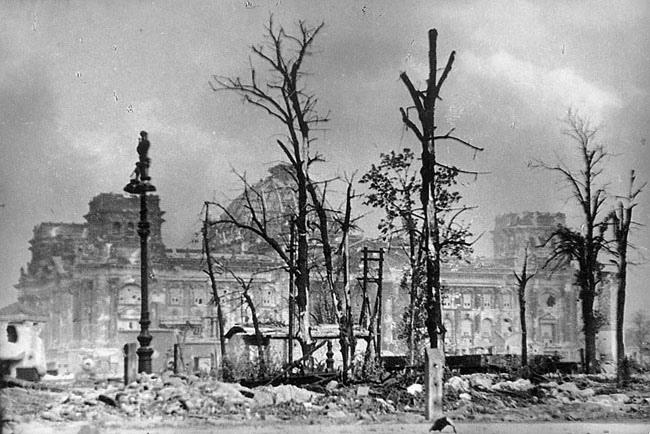 Вид горящего Рейхстага, Берлин, 1945 г. Автор съемки: Гребнев В.