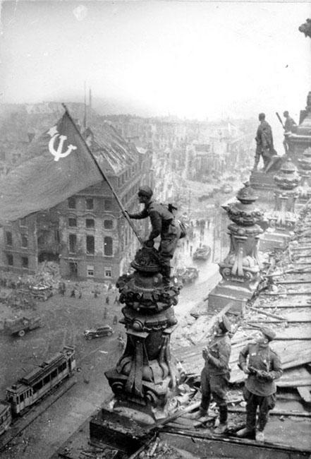 Советские воины водружают знамя Победы над Рейхстагом, Берлин, 1945 г. Автор съемки: Е. Халдей