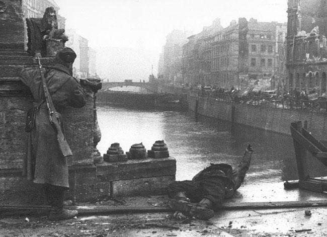 Вид на Берлин и реку Шпрее в день взятия Берлина, 2 мая 1945 г. Автор съемки: Шейнин Б.Г.