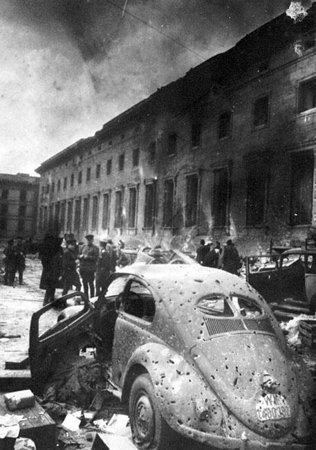 У здания имперской канцелярии в Берлине, 1945 г.