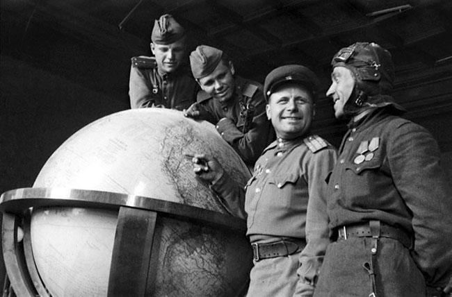 Советские воины у глобуса, которым пользовался Гитлер. Берлин, 1945 г. Автор съемки: Капустянский Г.