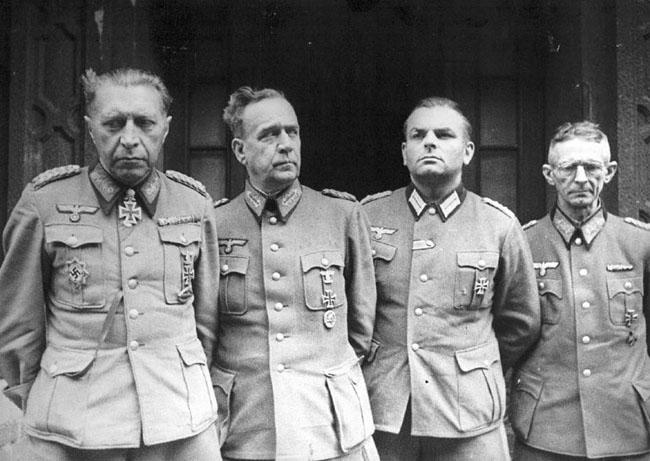 Последний назначенный лично Гитлером командующий обороной Берлина генерал Гельмут Вейдлинг (слева), сдавшийся в плен советским войскам вместе с офицерами своего штаба, 2 мая 1945 г. Берлин. Автор съемки: Самсонов Г.