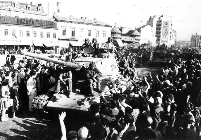 Жители Бухареста приветствуют советские войска, вступившие в город. 31 августа 1944 г. Автор съемки: Новиков А.