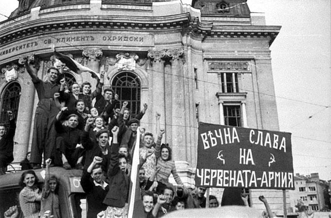 Ликующий народ на улицах Софии в день вступления Красной Армии в город. Болгария, 15 сентября 1944 г.