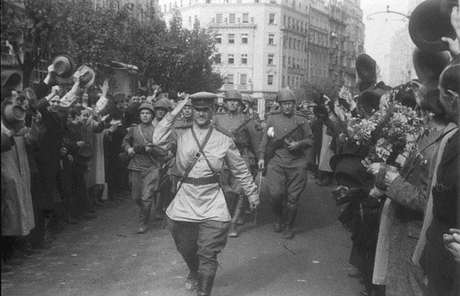 Жители Белграда приветствуют советских солдат, вступивших в город. Югославия, 30 октября 1944 г. Автор съемки: Халдей Е.А.
