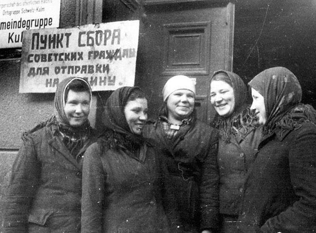 Девушки из Орловской области, бывшие в немецком рабстве, стоят у сборного пункта перед отправкой на родину. Кульм, Польша, 1945 г.