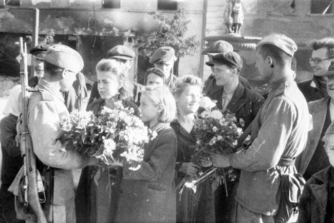 Жители города Белосток встречают с цветами своих освободителей – воинов Красной армии. Польша, Июль 1944 г. Автор съемки: Вельяшев Б.