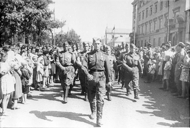 Встреча советских воинов в городе Люблине, Польша. 1944 г. Автор съемки: Архипов.