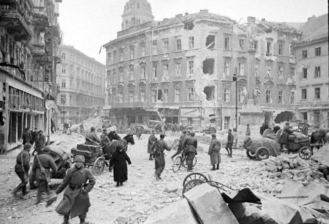 Советские воины в одном из освобожденных кварталов Будапешта, Венгрия, 1945 г. Автор съемки: Халдей Е.А.