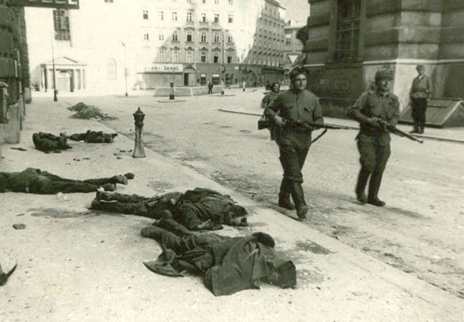 Советские бойцы проходят по одной из улиц освобожденной Вены, Австрия, 1945 г.