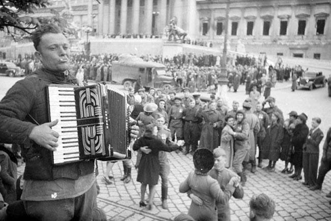 Народное гуляние по случаю освобождения Вены советскими войсками на одной из площадей города. Австрия, 1945 г. Автор съемки: Морозов А.П.