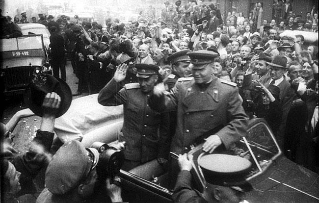 Жители Праги встречают маршала Советского Союза И.С.Конева. Чехословакия, 1945 г.