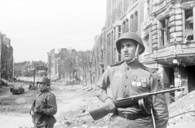 Советский патруль на одной из улиц Берлина, 5 июня 1945 г. Автор съемки: Халдей Е.А.