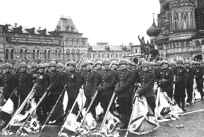 Колонна офицеров Красной Армии с поверженными фашистскими знаменами на Параде Победы. Красная Площадь, 24 июня 1945 г. Автор съемки: Трахман М.А.