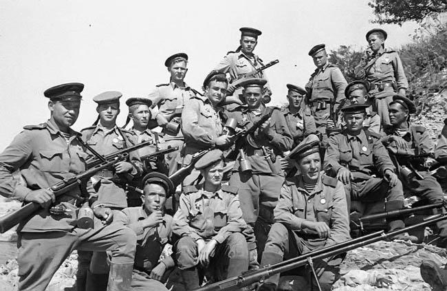Морские пехотинцы из отряда майора Ц.Л. Куникова, незадолго до того, как в ночь на 4 февраля 1943 года они приняли участие в десантной операции и захватили плацдарм южнее Новороссийска, получивший название «Малая земля». Из них после высадки в живых осталось всего трое.
