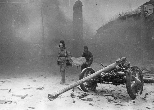 Эвакуация раненых советских солдат. Завод «Баррикады», Сталинград, декабрь 1943 г.