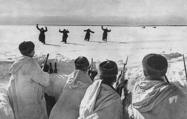Четверо немецких солдат сдаются в плен под Москвой, 1942 г.