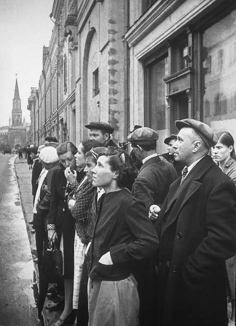 Москвичи слушают по радио заявление Советского правительства о вероломном нападении фашистской Германии на Советский Союз