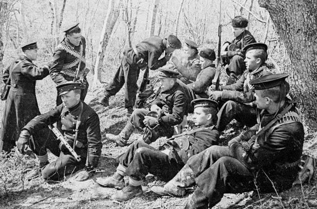 Советские морские пехотинцы на привале. Крым