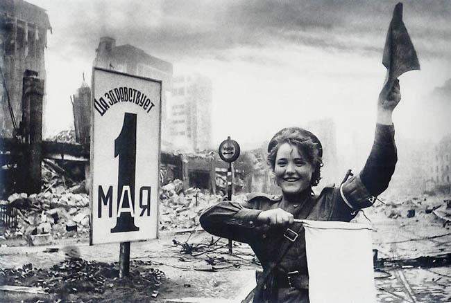 Мария Тимофеевна Шальнева (Ненахова), ефрейтор 87-го отдельного дорожно-эксплуатационного батальона, регулирует движение военной техники недалеко от рейхстага в Берлине, май 1945 г.