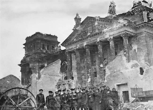 У взятого Рейхстага, Берлин, 9 мая 1945 года. На фото — командный состав 88-й отдельного гвардейского тяжелого танкового полка и другие служившие в этом полку офицеры и солдаты