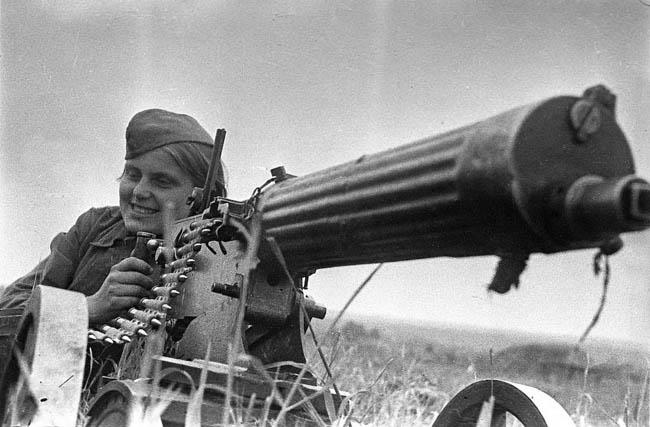 Зина Козлова — пулеметчица из кавалерийского корпуса генерала Белова. За короткий период боев уничтожила наблюдательный пункт противника, несколько огневых точек. Июнь 1942 г.