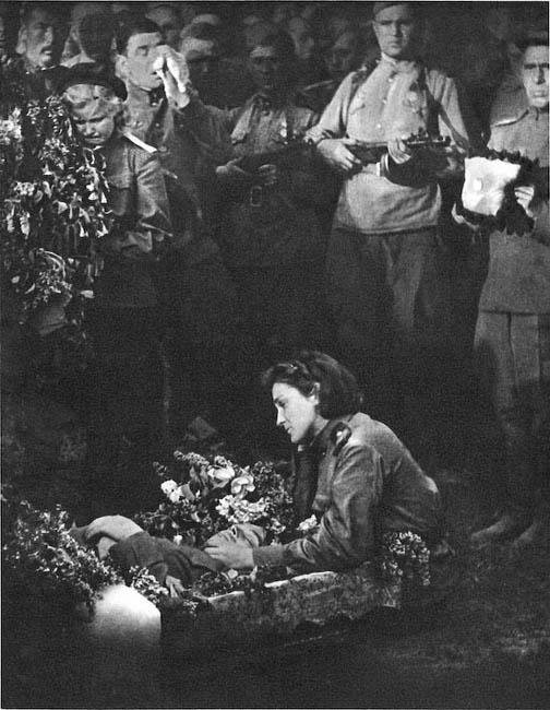 Советские солдаты прощаются с товарищем, погибшим при освобождении Чехословакии, 1945 г.