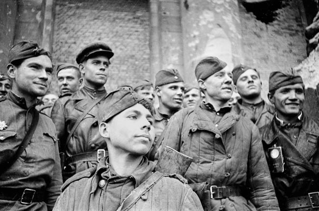 Взвод разведки 674 стрелкового полка 150-й стрелковой Идрицкой дивизии. На переднем плане — рядовой Григорий Булатов, одним из первых водрузивший красное знамя на Рейхстаге.
