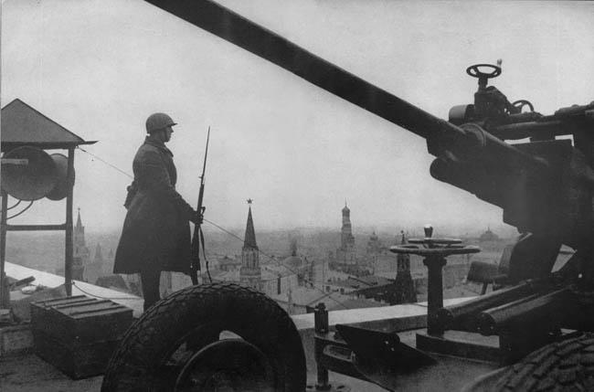 Пост противовоздушной обороны на крыше гостиницы «Москва» в столице страны.