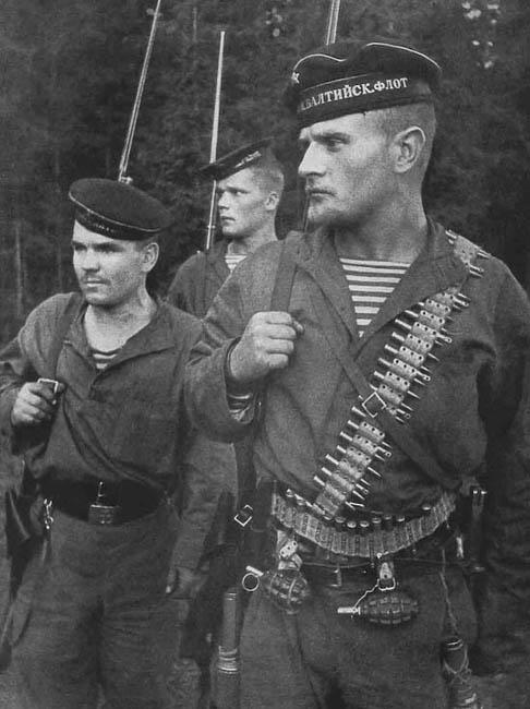 Морская пехота 2-й отдельной бригады Балтийского флота. На первом плане — старшина Н. Грановский. Август 1941 г.