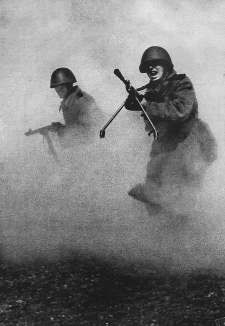 Известнейшая фотография Марка Маркова–Гринберга, сделаная в 1943 году. Стала одним из самых распространенных образов той войны, символом мужества и героизма советских солдат.