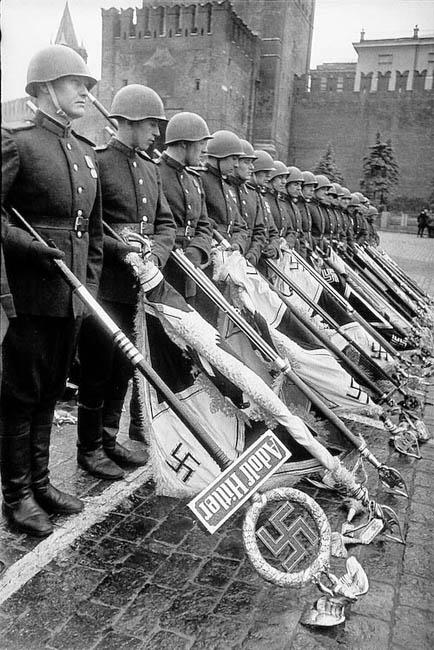 Парад Победы. Советские солдаты с поверженными штандартами гитлеровских войск. 1945 г.