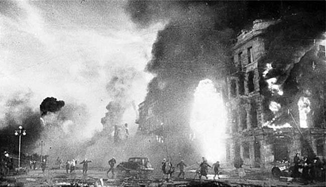 Сталинград. Первые налеты фашисткой авиации.
