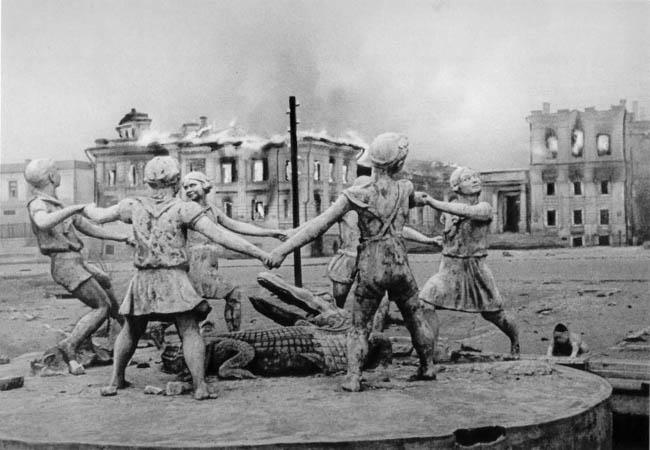 Фонтан «Детский хоровод» на вокзальной площади Сталинграда после налета фашистской авиации. Вокзал разбомбили 23 августа 1942 года