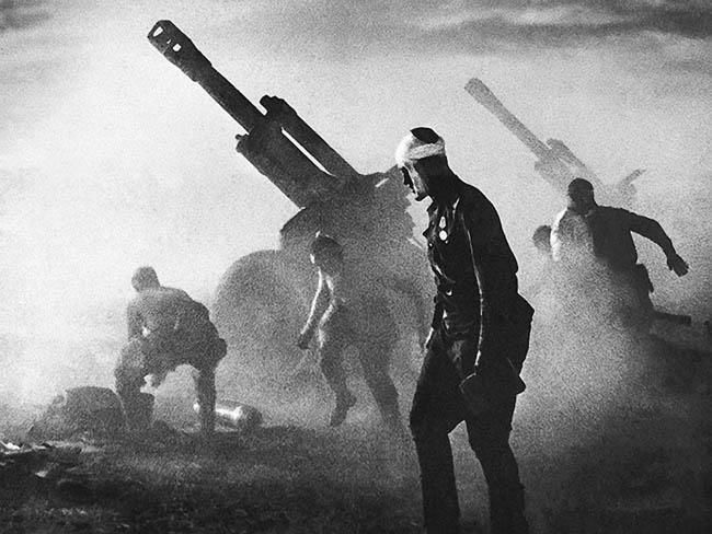 Батарея 152-мм гаубиц Д-1 ведет огонь по обороняющимся немецким войскам. Белоруссия, лето 1944 года