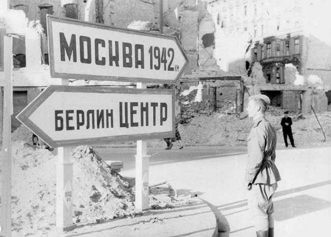 Советский солдат перед указателями в Берлине, май 1945 г.