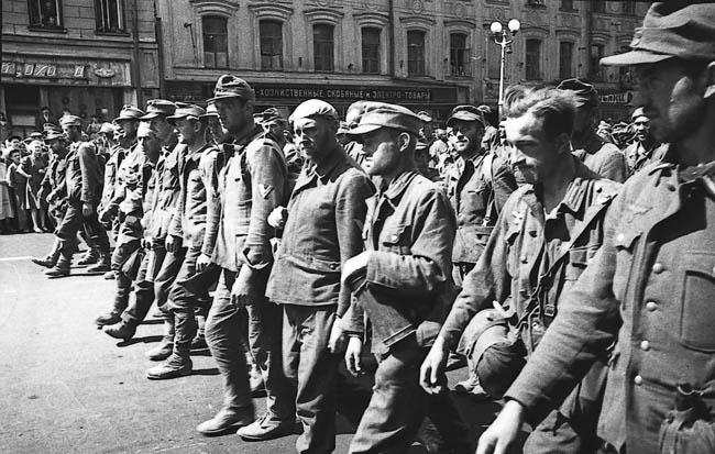 Марш пленных немцев по Москве, 17 июля 1944 года. По Садовому кольцу и другим улицам Москвы прошли около 57 000 немецких солдат и офицеров, включая 19 генералов