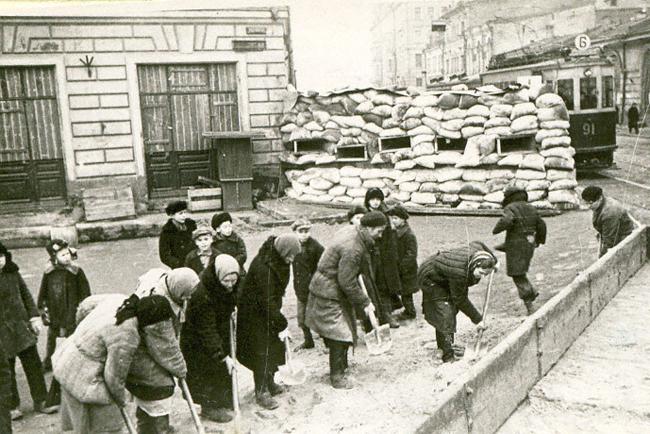 Жители столицы строят баррикады на окраине города. Москва, 1941 г.