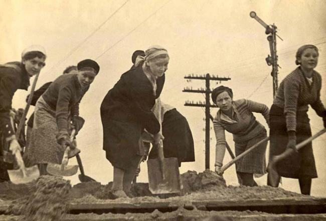 Девушки Мурманска занимаются возведением оборонительных сооружений. Мурманск, 1941 г.