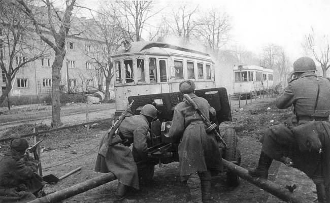 Советские артиллеристы ведут бой в Кенигсберге на Авайдер-аллее (ныне — Аллея Смелых), апрель 1945 г.