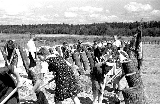 Строительство деревянных противотанковых оборонительных сооружений на подступах к Москве. 1942 г.
