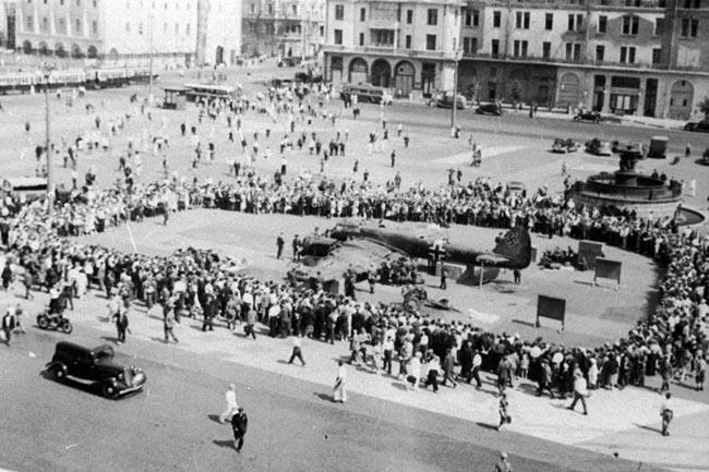 Москвичи осматривают на площади Свердлова сбитый над столицей немецкий самолет. Москва, 1941 г. Автор съемки: Кнорринг О. Б.