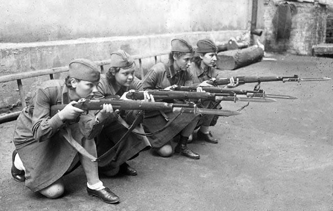 Женщины обучаются стрельбе из винтовки. Москва, 1941 г. Автор съемки: Оцуп П. А.