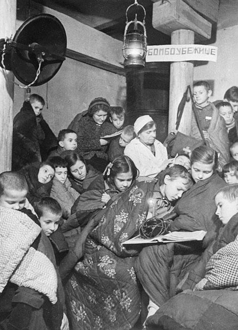Дети сидят в бомбоубежище во время налета авиации противника. Ленинград.