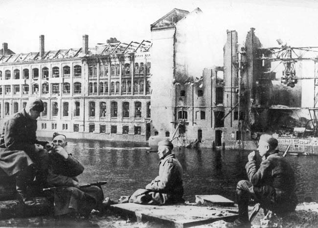 Советские солдаты отдыхают на берегу реки Шпрее в Берлине, май 1945 г.