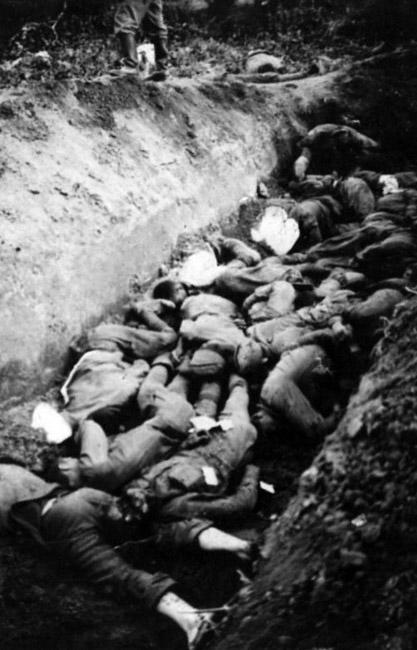 Ров с телами советских военнопленных, умерших от голода и болезней во временном лагеря содержания. (Из трофейных фотографий, изъятых у пленных и убитых солдат вермахта). 1941 г.